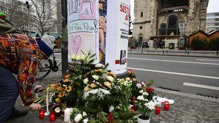 Des fleurs et des bougies sont déposées à proximité du lieu de l'attaque à Berlin (Allemagne), le 20 décembre 2016. (TOBIAS SCHWARZ / AFP)