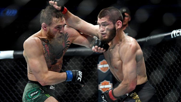 L'Irlandais Conor McGregor (à gauche) affronte le Russe Khabib Nurmagomedov lors du championnat de MMA, à la T-Mobile Arena, à Las Vegas (Etats-Unis), le 6 octobre 2018. (USA TODAY SPORTS / REUTERS)