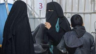 Deux femmes, présentées comme des épouses de combattants de l'Etat islamique, dans le camp de al-Hol dans le nord-est de la Syrie, le 7 février 2019. (FADEL SENNA / AFP)