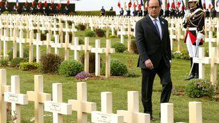 Le président de la République, François Hollande, lors de la commémoration du centenaire de la bataille du Chemin des Dames, le 16 avril 2017, au cimetière de Cerny-en-Laonnois (Aisne). (FRANCOIS NASCIMBENI / AFP)