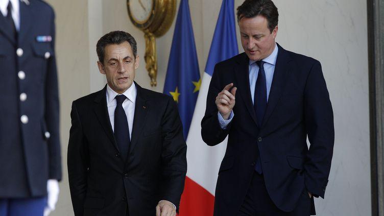 Le président français Nicolas Sarkozy et le Premier ministre britannique David Cameronle 2 décembre 2011 à Paris. (JOHN SCHULTS / REUTERS)