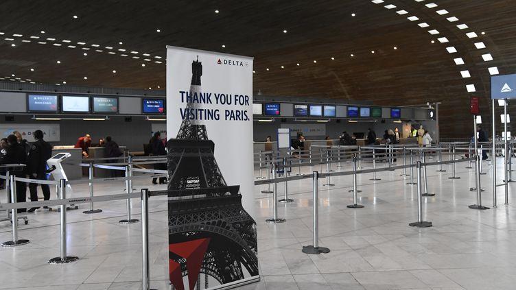 Le comptoir d'enregistrement vide de la compagnie Delta Airlines à l'aéroport de Paris-Charles-de-Gaulle, le 12 mars 2020. (BERTRAND GUAY / AFP)