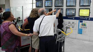 Des passagers bloqués par la grève des contrôleurs aériens, le 21 juillet 2010. (MAXPPP)