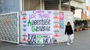 Une affiche appelant à la mobilisation des étudiants contre la loi Travail, le 3 mars 2016 sur les murs de l'univeristé Paris 8 à Saint-Denis (Seine-Saint-Denis). (AURELIEN MORISSARD / MAXPPP)