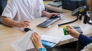 Une consultation médicale à Lyon, en mai 2015. (AUBERT / AFP)