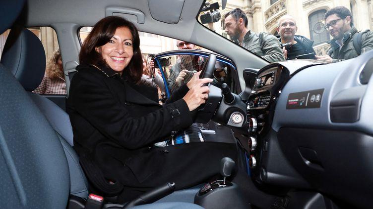 Anne Hidalgo dans une voiture en libre-service en novembre 2018. Photo d'illustration. (JACQUES DEMARTHON / AFP)