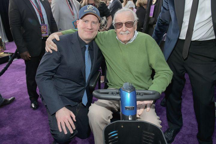 Kevin Feige, président de Marvel Studios, pose aux côtés de Stan Lee, légendaire auteur de comics, lors de la première du film Avengers, Infinity Wars, le 23 avril 2018 à Los Angeles (Etats-Unis). (CHARLEY GALLAY / GETTY IMAGES NORTH AMERICA)