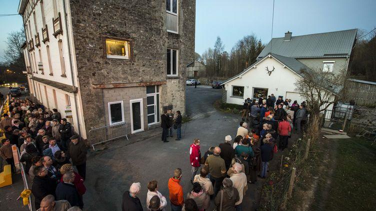 """13 mars 2014 -Des centaines de personnes à Jalhay, une commune belge, venues voir la """"mystérieuse Vierge lumineuse"""" (NICOLAS LAMBERT / BELGA / AFP)"""