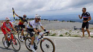 Julian Alaphilippe (Deceuninck-Quick-Step) devant Anthony Perez (Cofidis) et Wout van Aert (Jumbo) dans l'ascension du Mont Ventoux, le 7 juillet 2021. (THOMAS SAMSON / AFP)