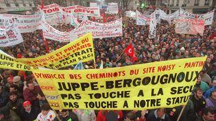 Manifestation contre le plan Juppé dans les rues de Paris le 12 décembre 1995. (JOEL ROBINE / AFP)