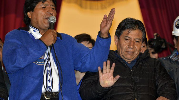 Tout juste réélu, le président bolivienEvo Morales s'adresse à ses partisans depuis le balcon du palais présidentiel, dimanche 12 octobre à La Paz (Bolivie). (CRIS BOURONCLE / AFP)