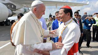 Le pape François accueilli par le cardinal Charles Maung Bo, archevêque de Rangoun, sur le tarmac de l'aéroport de Rangoun, en Birmanie, le 27 novembre. (AFP / OSSERVATORE ROMANO)