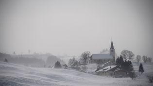Le village de Châtelblanc (Doubs) sous un manteau blanc après des chutes de neige le 17 janvier 2017. (SEBASTIEN BOZON / AFP)