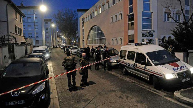 (La rue Bouvier à Villeurbanne a été bouclée après le double meurtre © maxPPP)