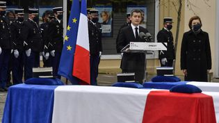 Le ministre de l'Intérieur Gérald Darmanin et son homologue des Armées Florence Parly (à droite) lors de l'hommage national rendu aux trois gendarmes tués par un forcené,le 28 décembre 2020à Ambert (Puy-de-Dôme). (PHILIPPE DESMAZES / AFP)