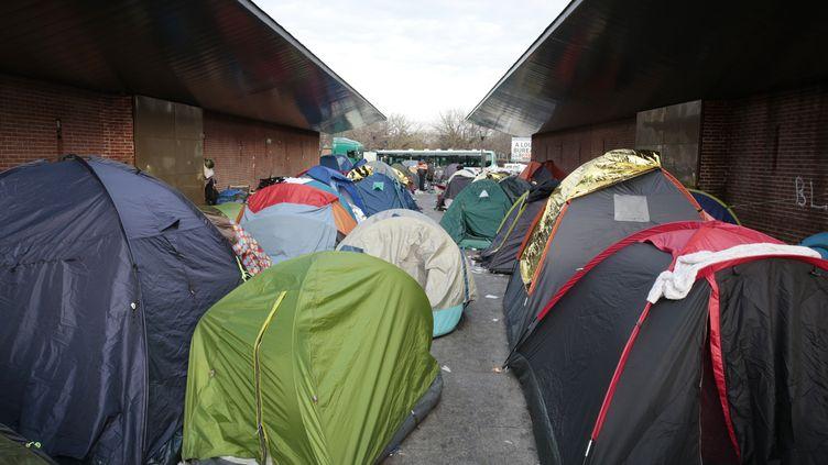 Un campement de migrants installé à Saint-Denis, en Seine-Saint-Denis, a été démantelé, vendredi 16 décembre 2016. (GEOFFROY VAN DER HASSELT / AFP)