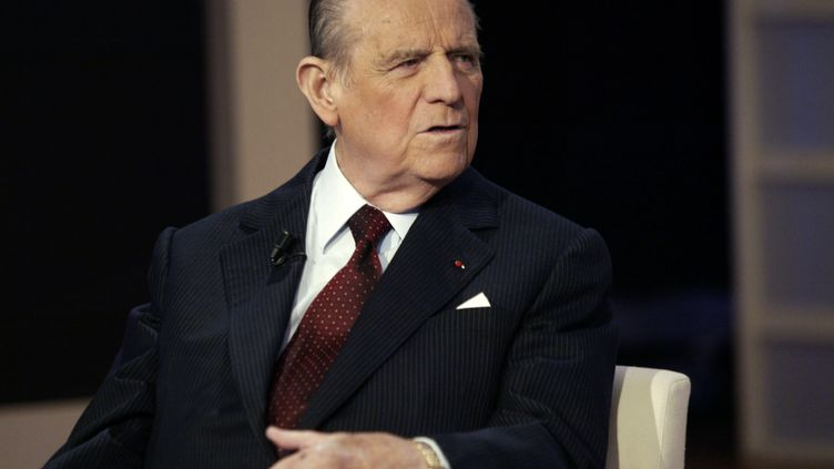 Raymond Barre sur le plateau de 100 minutes pour convaincre, sur France 2, en 2004. (JEAN-LOUP GAUTREAU / AFP)