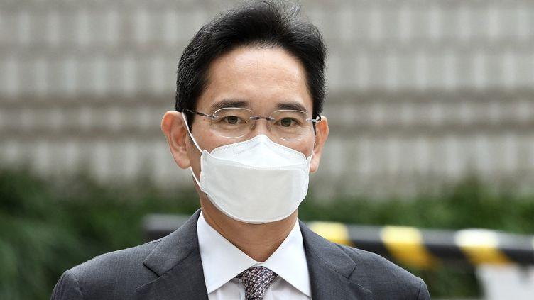 Lee Jae-yong,vice-président de Samsung Electronics, arrive au tribunaldu district de Séoul, la capitale sud-coréenne, le 12 octobre 2021. (JUNG YEON-JE / AFP)