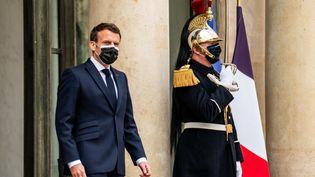 Le président Emmanuel Macron sur le perron de l'Elysée, à Paris, le 9 avril 2021. (XOSE BOUZAS / HANS LUCAS / AFP)