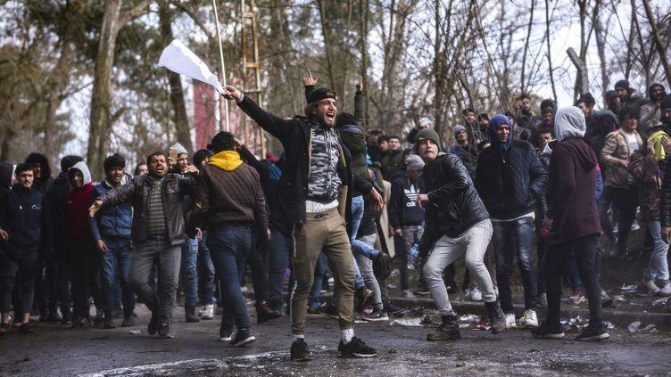 Des migrants à la frontière grecque, près d'Edirne (Turquie), dimanche 1er mars 2020. (ARIF HUDAVERDI YAMAN / ANADOLU AGENCY / AFP)