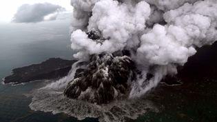 Photo aérienneprise le 23 décembre 2018 del'Anak Krakatoa en éruption, dans le détroitde la Sonde, en Indonésie, entre Sumatra et Java. (NURUL HIDAYAT / BISNIS INDONESIA)
