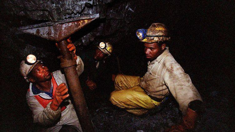 Des mineurs sud-africains, près de Carletonville, au sud-ouest de Johannesburg, le 27 octobre 2004. (THEMBA HADEBE / AP / SIPA)