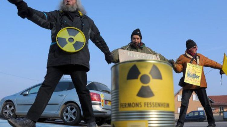 Des activistes antinucléaires lors de la visite de Nicolas Sarkozy à la centrale de Fessenheim (Haut-Rhin) le 9 février (AFP PHOTO/FREDERICK FLORIN)