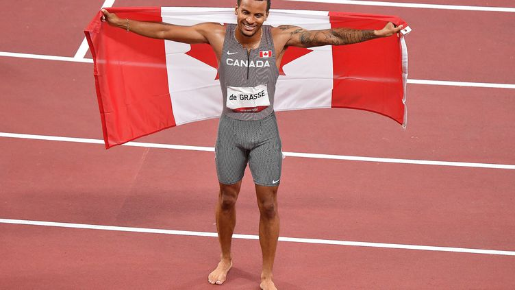 Le Canadien Andre de Grasse s'est imposé en finale du 200 m des Jeux olympiques de Tokyo, mercredi 4 août 2021. (TIZIANA FABI / AFP)
