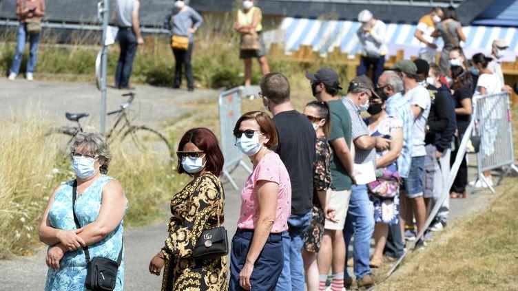 Des gens font la queue pour effectuer un test de dépistage du coronavirus à Laval, le 17 juillet 2020.  (JEAN-FRANCOIS MONIER / AFP)