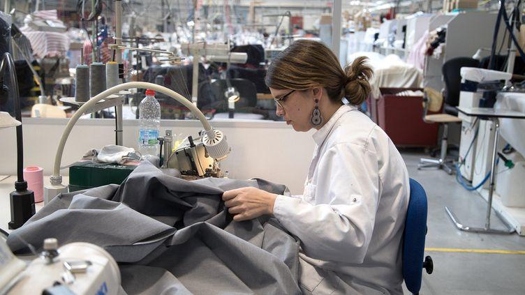 Une couturière bénévole des ateliers Armor Lux, à Quimper, fabrique des masques pour le CHU de Brest. (QUEMENER YVES-MARIE / MAXPPP)
