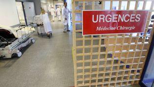 Les revendications des médecins urgentistes (ici, à l'hôpital Saint-Antoine, à Paris)portent sur le temps de travail et la revalorisation des gardes. (MEHDI FEDOUACH / AFP)