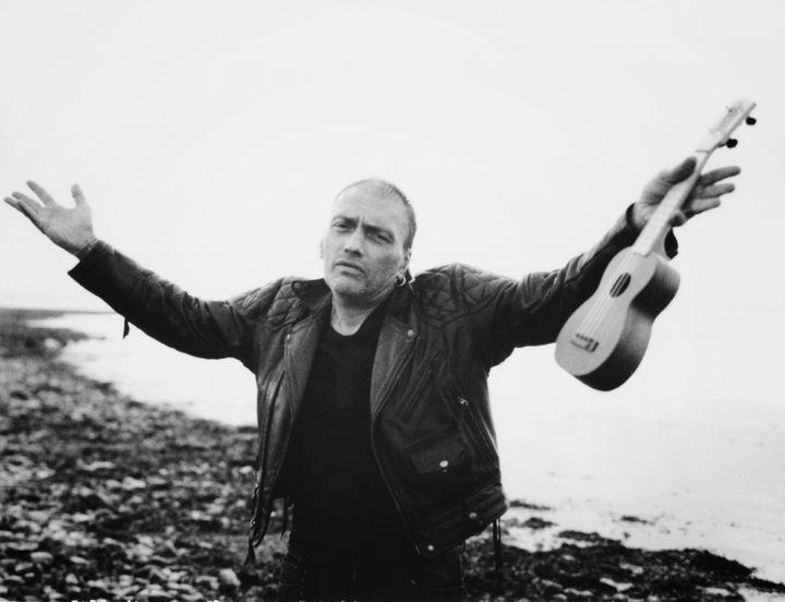 Daniel Darc en fin de journée avec son ukulélé sur une plage de l'île de Ré.  (Julien Lachaussée)