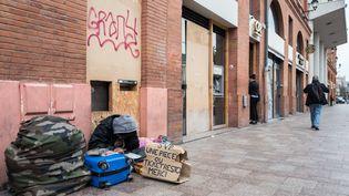 Un SDF dans le centre ville de Toulouse, alors que la France passe en confinement le 17 mars 2020 pour contenir l'épidemie liée au coronavirus. (FREDERIC SCHEIBER / HANS LUCAS / AFP)