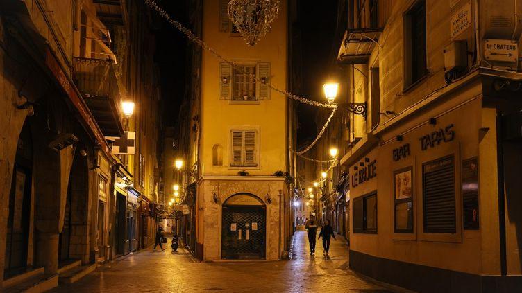 Les rues de Nice de nuit, le 6 novembre 2020, lors du reconfinement. (ARIE BOTBOL / HANS LUCAS / AFP)