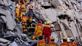 Les secours recherchent des survivants dans les décombres d'une tour d'habitations, à Tainan (Taïwan), après un puissant séisme, le 6 février 2016. (ZHANG GUOJUN / AFP)
