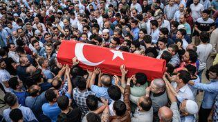 La foule porte le cerceuil d'une des victimesde l'attentat du 28 juin, à Istanbul, en Turquie. (OZAN KOSE / AFP)