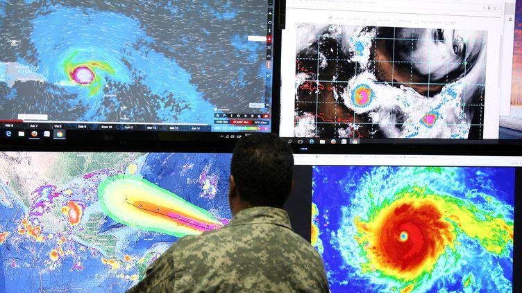 Le trajet de l'ouragan Irma sur les écrans de l'Emergency Operations Committee (COE) à Saint-Domingue (République Dominicaine), le 5 septembre 2017. (RICARDO ROJAS / REUTERS)