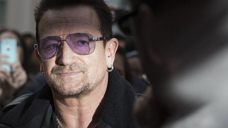 """""""Quand il part faire du vélo, il aime s'habiller comme un juif hassidique"""", a déclaré le guitariste de U2 en parlant de Bono  (ANDREW COWIE / AFP)"""