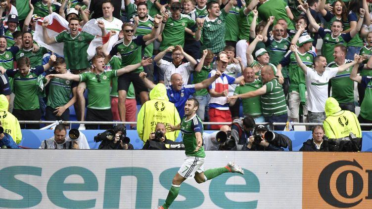McGinn célèbre son but devant des supporteurs nord irlandais euphoriques. (JEFF PACHOUD / AFP)