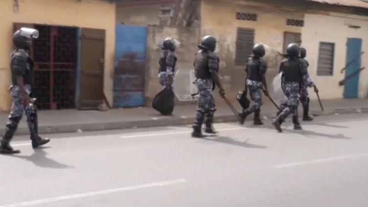 Policiers patrouillant dans les rues de Lomé lors d'une manifestation le 18 octobre 2017. (REUTERS TV / X00514)