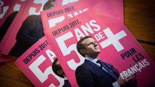 Des tracts de la majorité présidentielle en faveur d'une candidature d'Emmanuel Macron à l'élection présidentielle de 2022, le 10 septembre 2021, à Nevers (Nièvre). (MAXPPP)