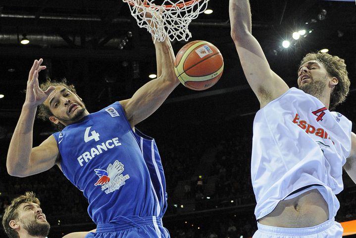 Pau Gasolface à Joakim Noah, en finale de l'Eurobasket 2011, à Kaunas (Lituanie). (JANEK SKARZYNSKI / AFP)