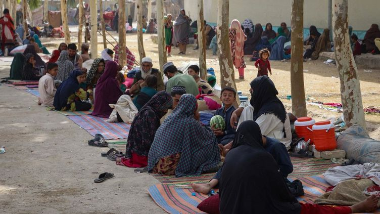 Des familles afghanes, le 27 juillet 2021,dans un camp de réfugiés à Kandahar, ville où les talibans et lesforces afghanes s'affrontent. (JAVED TANVEER / AFP)