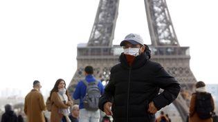 Un touriste portant un masque, à Paris, le 3 mars 2020. (MEHDI TAAMALLAH / NURPHOTO / AFP)