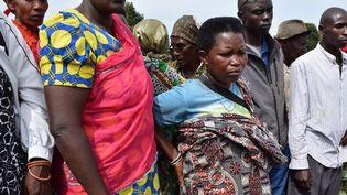 Des citoyens regardent l'ouverture d'une fosse commune à Mwaro (est du Burundi), le 27 février 2017. Les travaux sont menés par des représentants de la Commission vérité et réconciliation qui enquête sur les massacres interethniques dans le pays depuis 1972. (AFP - Renovat Ndabashinze / ANADOLU AGENCY)