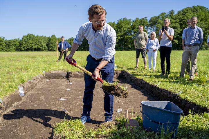 Le ministre du Climat et de l'Environnement norvégien, Sveinung Rotevatn, lance officiellement les travaux d'excavation d'un navire vikingprès de Halden (Norvège), le 26 juin 2020. (FREDRIK HAGEN / NTB SCANPIX / AFP)