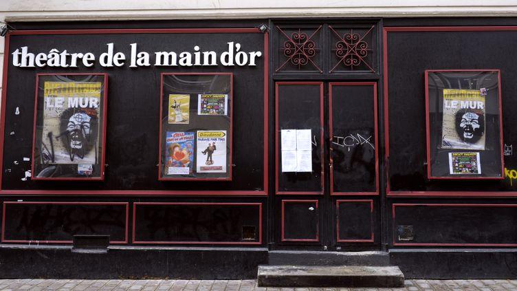 """La façade du théâtre parisien de la Main d'or, le 11 janvier 2014, après l'interdiction du spectacle de Dieudonné """"Le Mur"""". (ALAIN JOCARD / AFP)"""