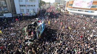 La foule compacte à Kerman (Iran), autour du véhicule transportant le cercueil dugénéral Soleimani, le 7 janvier 2020. (ATTA KENARE / AFP)