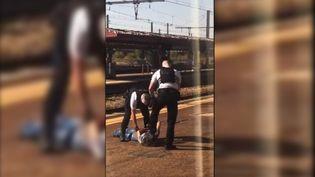 Une vidéo sur les réseaux sociaux montre l'interpellation d'un homme en gare de Fleury-les-Aubrais (Loiret), mardi 16 septembre 2020. (CAPTURE D'ECRAN TWITTER)