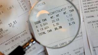 Le taux intermédiaire et le taux principal de TVA doivent être relevés au 1er janvier 2014. (DURAND FLORENCE / SIPA)